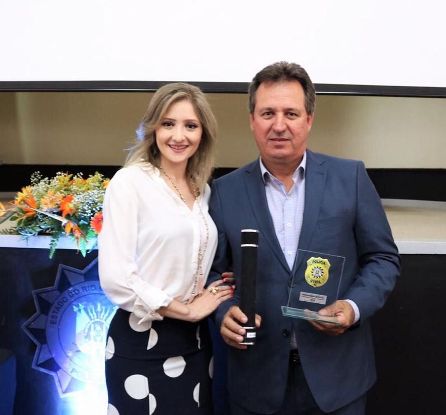 Delegada Diana Casarin Zanatta realizou a entrega do  troféu ao Presidente da Sicredi Norte RS/SC, Adelar José Parmeggiani Crédito: Divulgação Polícia Civil da 11ª Região Policial