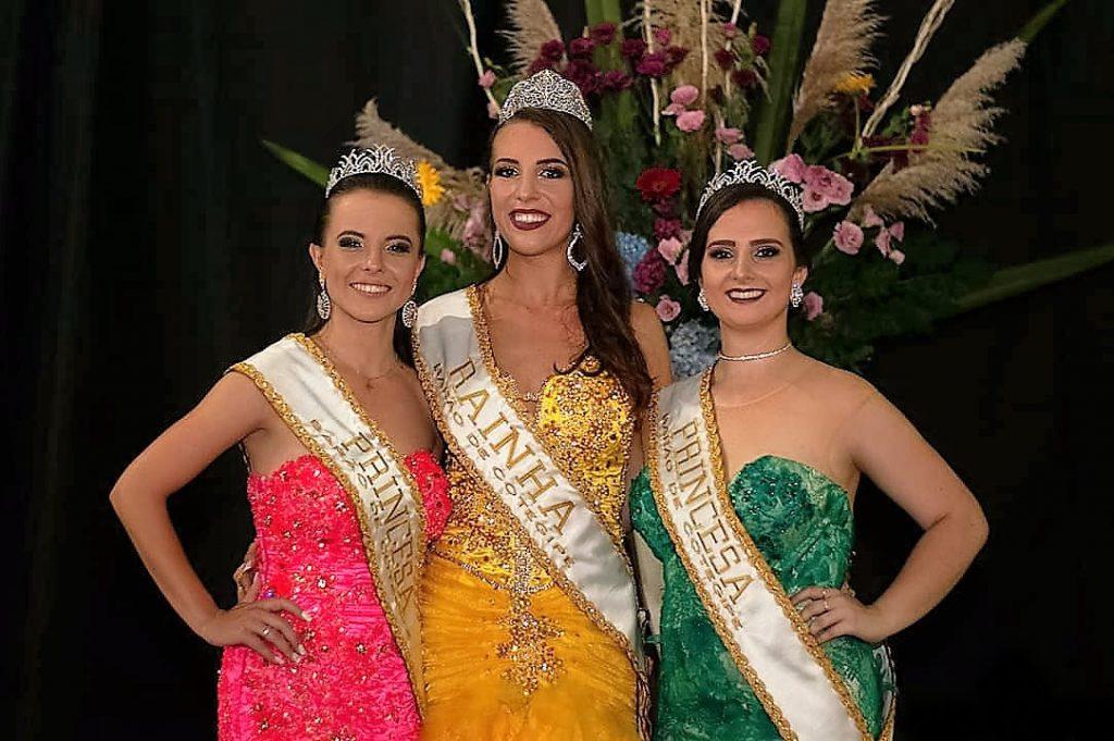 A rainha Tainá Paula Felipetto (no centro), e as princesas Alessandra Dallabona (à esquerda) e Tailine Vial | Crédito: Bruna Poganski Photography
