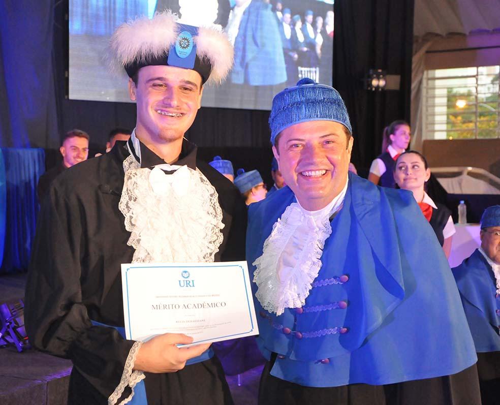 O formando Régis Debastiani foi homenageado pelo curso com o Mérito Acadêmico   |   Crédito: URI Erechim/Imprensa