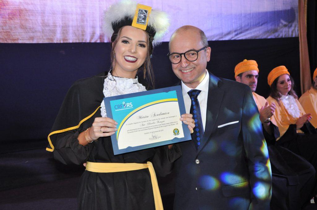 Formanda Ana Cláudia Konzen recebeu o Mérito Acadêmico e homenagem  do  Conselho Regional de Farmácia do Rio Grande do Sul (CRF).  Crédito: URI Erechim/Imprensa