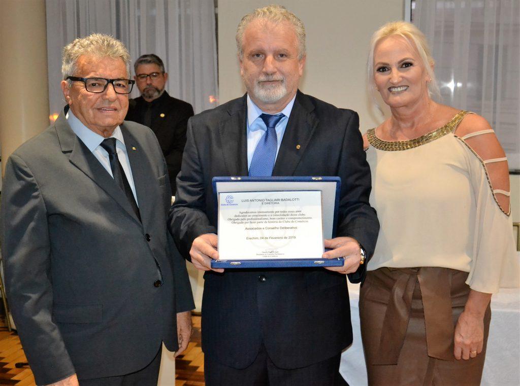 Gláudio Galli entrega placa de homenagem ao casal Luis e Katiamara Badalotti Crédito: Maria Lúcia Smaniotto
