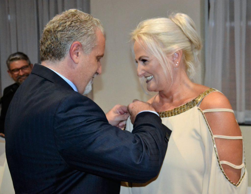 Luis Badalotti entrega o pin alusivo ao cargo de presidente a Katiamara Badalotti Crédito: Maria Lúcia Smaniotto