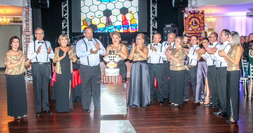 Integrantes do Lions Centro no momento do Parabéns à Você | Foto: Maitê Samaniotto