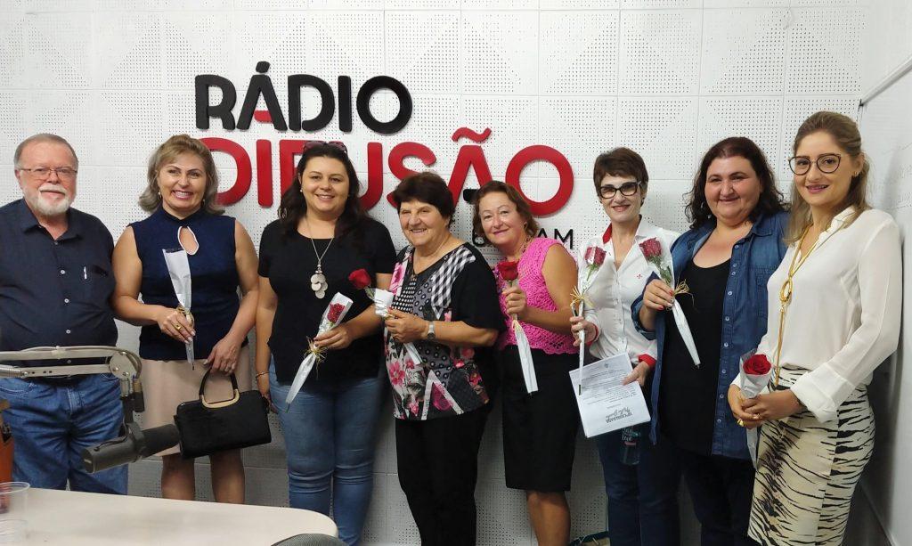 A partir da esquerda, Francisco Dias, homenageando as convidadas, Deliriz, Tatiana, Adélia, Nely, Dóris, Sandra e Diana | Crédito: Elaídes Loraschi