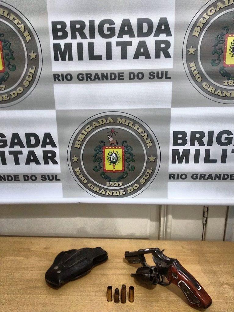 Revólver calibre 38 encontrado, com duas munições disparadas e duas intactas