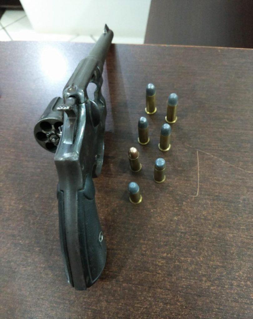 Revólver calibre 38 e munições apreendidas pela BM em Erechim nesta madrugada   |   Crédito: Comunicação Social do 13º BPM