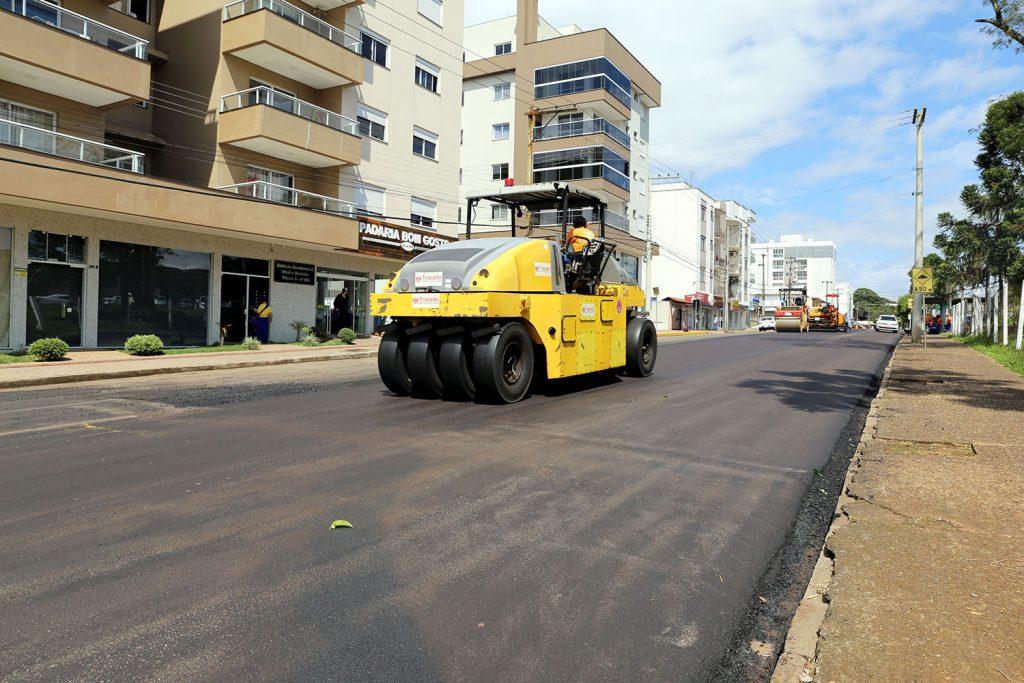 Rua Sergipe recebe cobertura asfáltica | Foto: Prefeitura de Erechim/Imprensa
