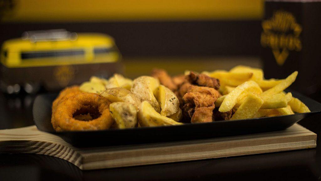 Cebola empanada, batata rústica, iscas de frango e batata frita