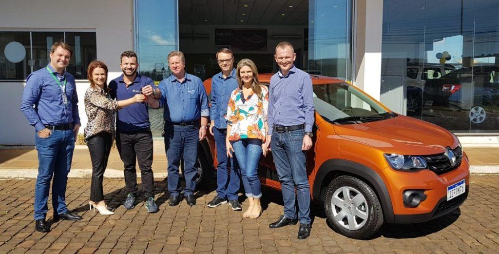 O primeiro prêmio da campanha 'Comprar Aqui é Mais Legal', um Renault Kwid, já foi entregue ao Município de Erechim e à CDL | Foto: Prefeitura de Erechim/Secom