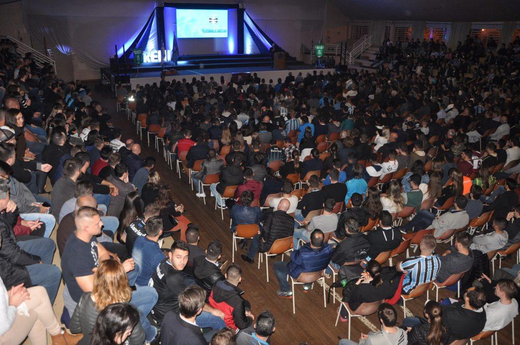 Público de 1,1 mil pessoas lotou salão de eventos da URI para ouvir Romildo Bolzan  |  Foto: URI Erechim/Imprensa