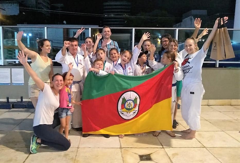Equipe Onna Bugeisha Dojô, que participou do XX Campeonato Brasileiro de Karatê JKA | Foto: Acervo de Cristiane Babinski