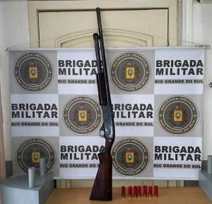 Espingarda calibre 12 e munição apreendidas na manhã de sábado, 8, em Erechim | Foto: