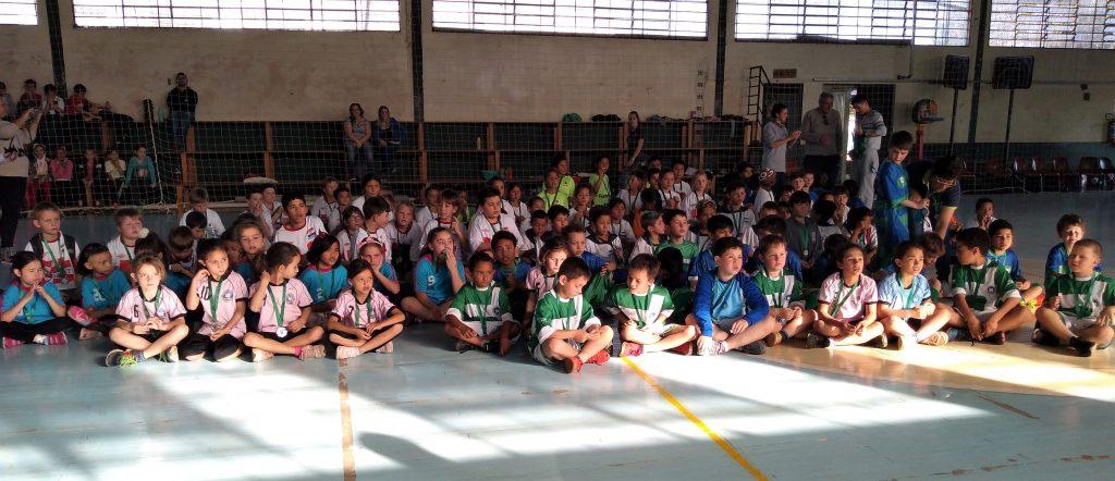 Alunos das escolas que integram o Projeto Educação Integral Castelinho participam de integração e jogam futsal   |   Foto: Prefeitura de Erechim/Secom