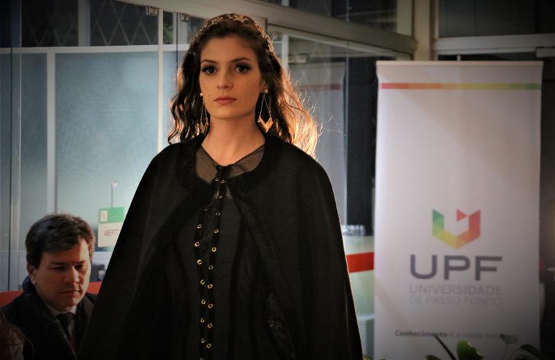Acadêmicos do curso de Design de Moda promoveram o desfile 'Black and White' na UPF  |  Fotos: Natália Fávero