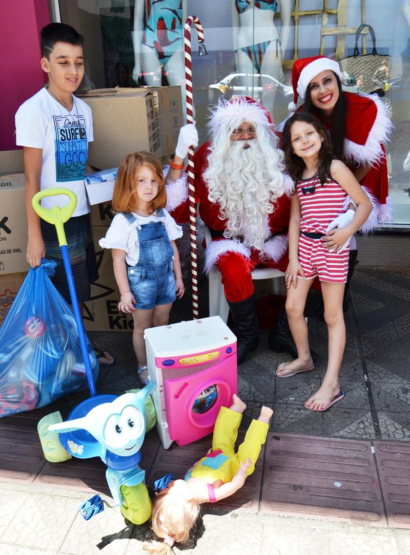 Várias crianças fizeram questão de acompanhar os pais e levar pessoalmente as suas doações