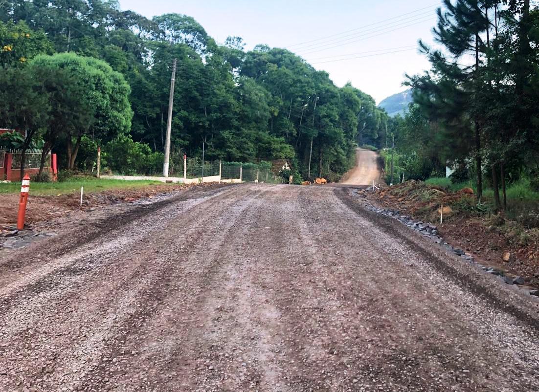 Iniciam as obras de asfaltamento na área rural de Barra do Rio Azul