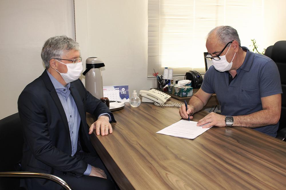 Reitor Arnaldo Nogaro e Coordenador do Curso, Sergio Bigolin, assinaram o acordo